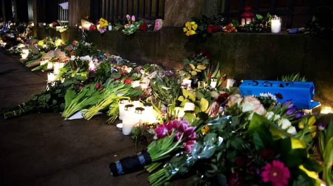 SORG. Blommor utanför synagogan i Köpenhamn, där Dan Uzan miste livet när han vaktade en konfirmation under natten mot söndag Foto: Lisa Mattisson