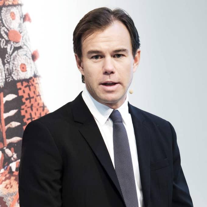 H&M:s vd Karl Johan Persson presenterar en årsredovisning iklädd kostym. Foto: Olle Sporrong