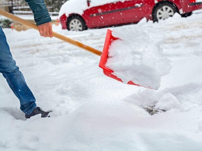 Undvik att skada ryggen när du skottar snö.
