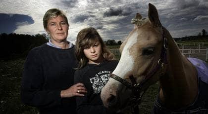 Danai Doverholt och mamma Catrine tillsammans med ponnyn Silver som dog efter ett sexövergrepp. Foto: Henrik Hansson