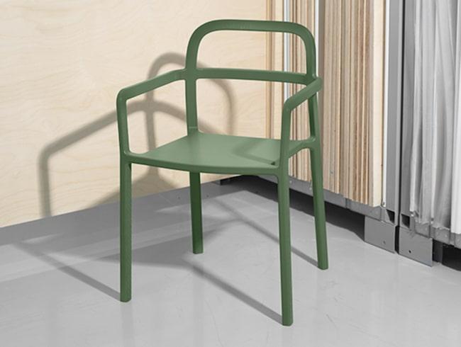Stilren stol i olivgrönt är en av produkterna från Ikeas samarbete med danska designföretaget Hay. Ikea-kollektionen från Hay kommer till Ikea hösten 2017.