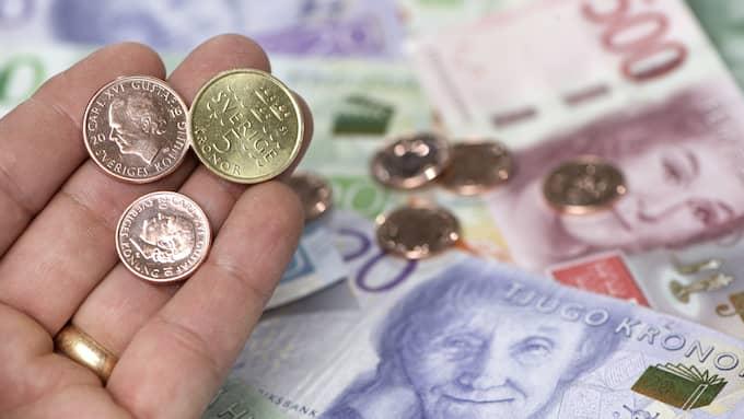 Enligt Riksbanken låg inflationen i juni på 1,7 procent – nära målet på två procent. Men pengarna sjunker i värde. Foto: Fredrik Sandberg / TT NYHETSBYRÅN