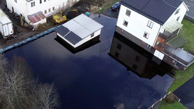 Se förödelsen – Birgits barndomshem helt översvämmat