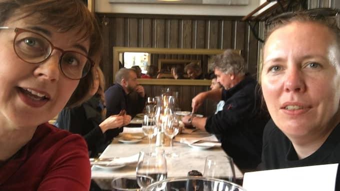 Gunilla Brodrej och Martina Montelius äter och poddar på kvarterskrogen Nytorget 6. Foto: PRIVAT