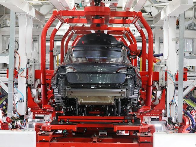 Här i Teslas fabrik i Kalifornien byggs 5 000 exemplar av Model 3 i veckan. Mest av robotar, men fabriken har samtidigt 10 000 anställda.
