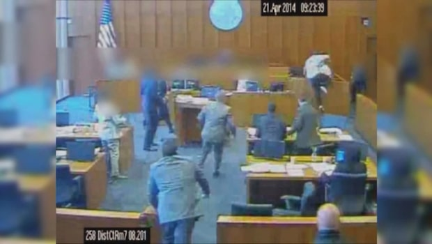Åtalad attackerade vittne med penna - sköts till döds av domstolsvakt
