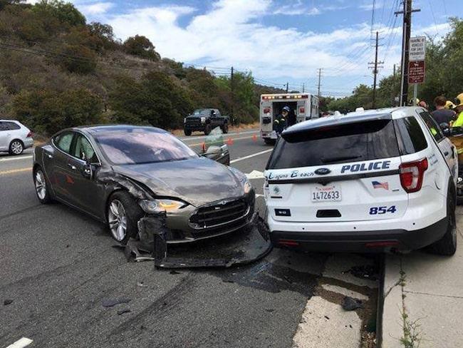 Den här Teslaföraren lyckades köra på en parkerad polisbil i Kalifornien.