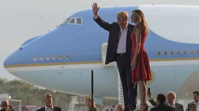 Donald Trump och Melania Trump kom till Florida i presidentplanet Air Force One. Foto: Susan Walsh / AP