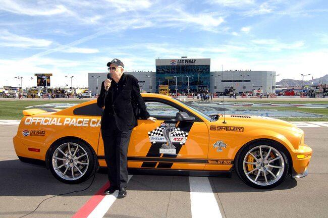 Carroll Shelby ger satrsignal vid NASCAR Sprint Cupens,  Shelby 427-lopp i Las Vegas.