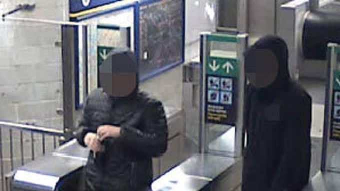 De misstänkta gärningsmännen bytte jackor med varandra efter rånet. Foto: Polisen