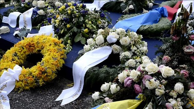 Folket hedrar Lilian vid graven