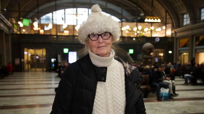 """Sylvia Hild, 78 år, Stockholm: """"Jag slutade jobba vid 55 år. Pensionen räcker inte till. Jag har klarat mig tack vare att jag belånat min lägenhet. Jag är numera försiktigare med inköp av mat. Jag tycker att det borde finnas kollektivt boende för pensionärer. Det är väldigt dyrt att bo själv. Det vore bättre att dela kostnaderna med andra."""" Foto: MARTINA HUBER"""