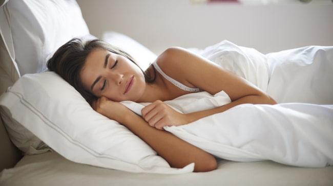 """Förutom att en god och regelbunden sömn håller immunförsvaret och vikten i trim får vi bättre hud och hår när vi sover """"rent""""."""