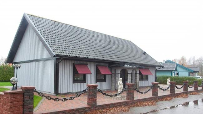 Den ser ut som en vanlig standardvilla med småländsk träpanel på utsidan.