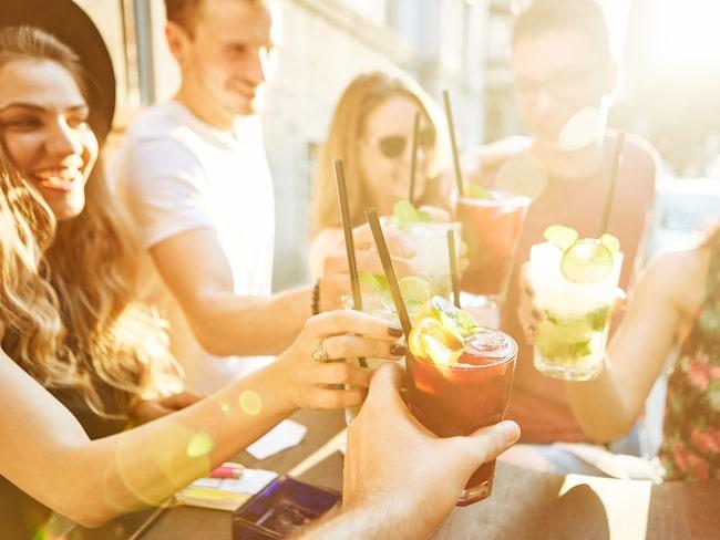 Under de varma sommarmånaderna går alkoholkonsumtionen upp i Sverige.