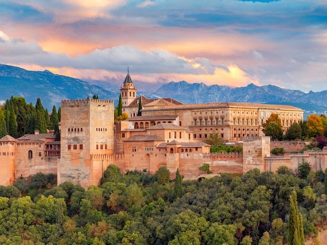 Alhambra, Grenada, Spanien, utmärkt resemål för dig som vill studera unik islamsk arkitektur.