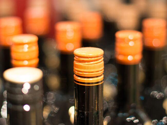 I vissa länder, framför allt i nya världen, och i synnerhet i Australien, har man valt att använda skruvkork även på viner som är ämnade för lagring.