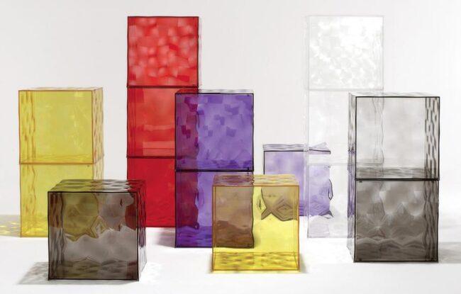 Transparant. Design Patrick Jouin. Dörrförsett plexiglasbord, Optic, med struktur i olika färger. 41 x 41 x 41 centimeter, 2 330 kronor, Kartell.