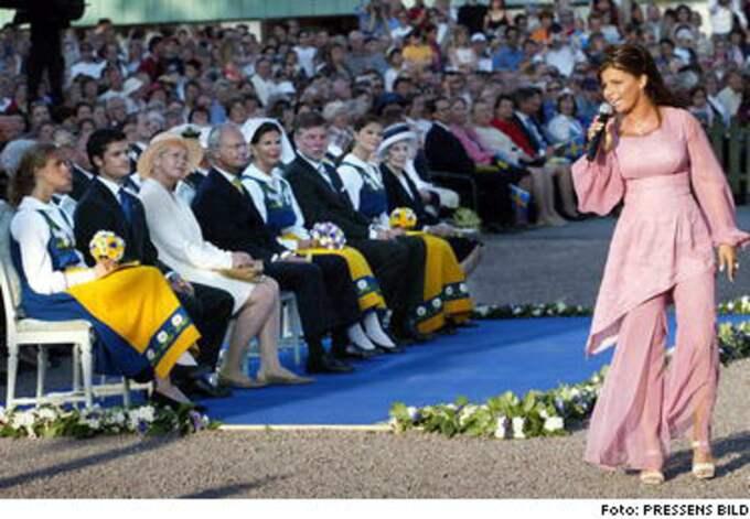 Carola underhöll Kungafamiljen på Solliden. I främsta raden satt även talmannen Björn von Sydow med fru.