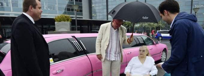 Här kom Anita Ekberg, 81, till Kastrup för ett blixtbesök i Malmö 2013. Hon landade vid 16-tiden och gjorde storslagen entré som en primadonna. Ekberg lämnade hemstaden Malmö 1952, då hon flyttade till Hollywood för sin skådespelerkarriär. Sedan slutet av 50-talet bodde hon i Rom. Foto: Lasse Svensson