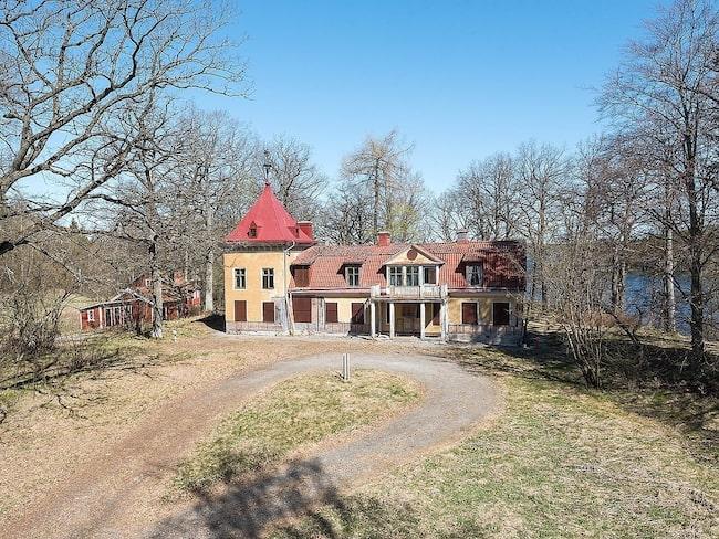 Björksättra gård i Huddinge har förfallit i många år och liknar närmast ett spökhus. Nu är gården till salu och har blivit en riktig snackis på nätet.