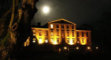 På Krusenberg herrgård spökar både vita frun och svarta mannen.