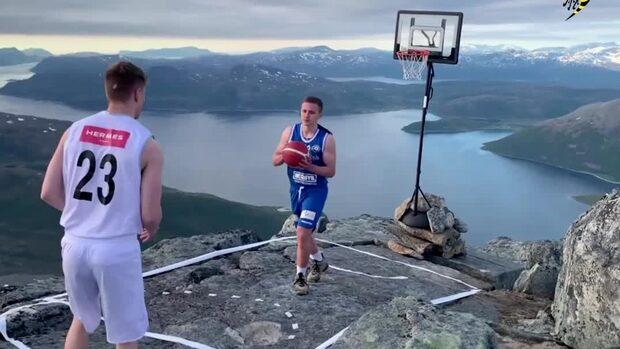 Här spelar de basket – vid ett stup 1 000 meter över havet