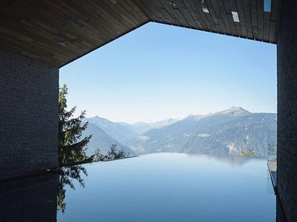 Vad sägs om att ta ett dopp i en infinitypool med utsikt över mäktiga berg och en vacker natur?