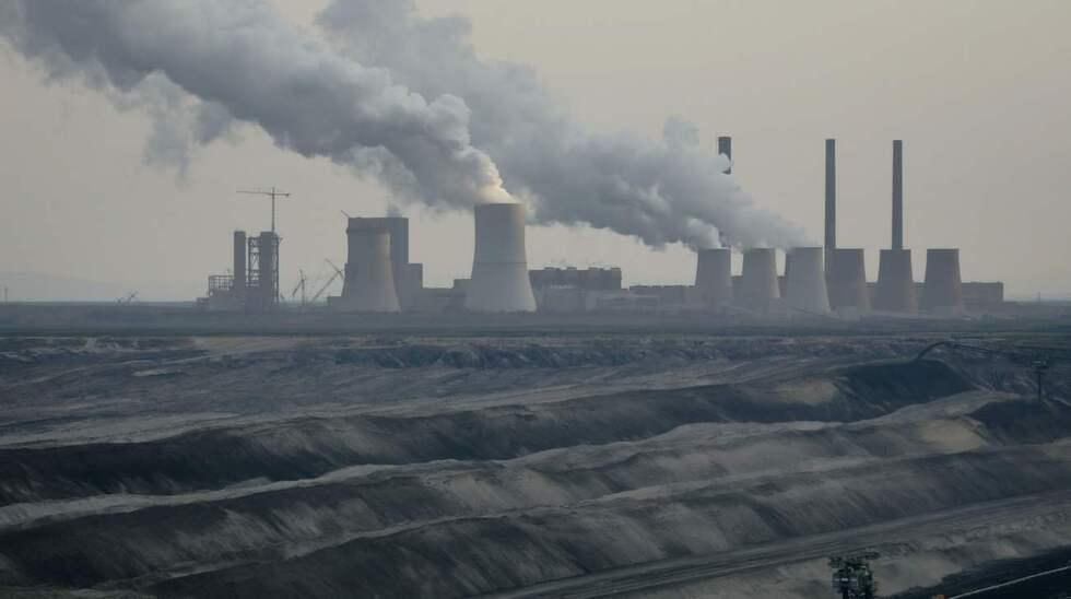 EXTRAKTIVISM. Kolkraftverken är ett exempel på hur människan gärna tar från naturen utan att ge tillbaka. Foto: Carsten Koall