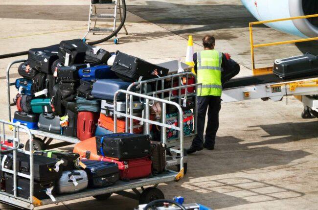 En hård resväska spricker lättare. Men den kan samtidigt ha ett bättre skydd mot stötar och hård behandling av bagaget än vad en mjuk väska har.