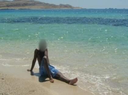 """SEMESTER. Här sitter """"Rami"""" och njuter av solen på stranden i Egypten. I stället för att placera fången i ett familjehem tog konsulten Bo Göran Andersson kriminalvårdens pengar och lät honom gå. """"Du är fri mannen"""", sa konsulten enligt """"Rami"""". Foto: SVT"""