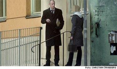 Efter förhöret. Här lämnar den 22-åriga kvinnan polishuset tillsammans med sitt målsägarbiträde Johan Åkermark. Förhöret varade drygt en timme. Det har nu gått en dryg månad sedan kvinnan följde med tre hockeystjärnor till deras hotellrum.