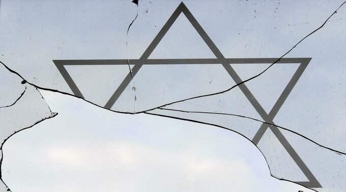 Ett fönster i det judiska församlingshuset i tyska Rostock har krossats. Foto: Thomas Haentzschel