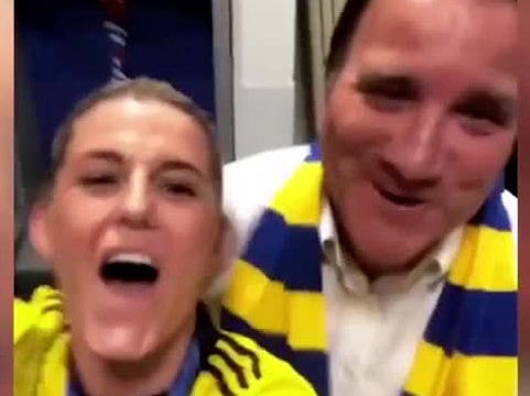 Här firar spelarna medaljen – med Stefan Löfven