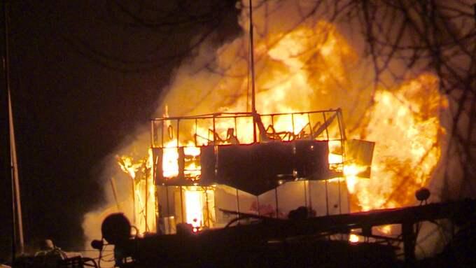 En 40-meter lång båt brinner kraftigt vid Årstaviken i södra Stockholm. Foto: Janne Åkesson/Swepix
