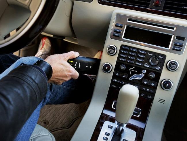 En man använder alkolåset Alcoguard (Volvos system) i sin bil. Bilden är tagen vid ett tidigare tillfälle.
