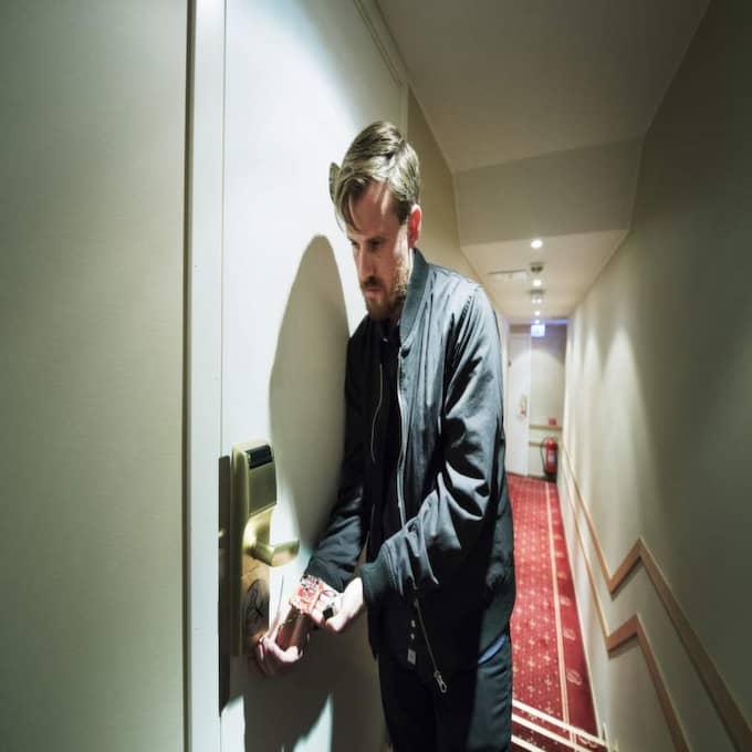 PLUGGAS IN. Expressens reporter Sebastian Chaaban pluggar in låsdyrken i strömporten på undersidan av Onitys bristfälliga lås. Programvaran i dyrken frågar låset om koden - och dörren öppnas. Foto: Olle Sporrong