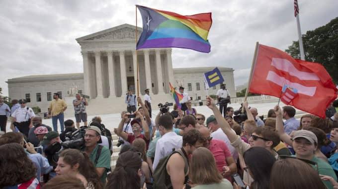Människor jublar efter att USA:s högsta domstol bestämt att homosexuella par har rätt att gifta sig. Foto: Jacquelyn Martin