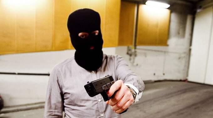 """RÅNARE PÅ EN MINUT. För 492 kronor och en med minut i en hobby-butik förvandlade GT:s reporter Markus Hankins från journalist till en """"beväpnad rånare"""". Pistolen är ett luftvapen men ser ut exakt som den skarpladdade versionen av Glock 17, ett vanligt vapen för poliser världen över. Rånarluvan kostar en dryg hundralapp. Foto: Lennart Rehnman"""