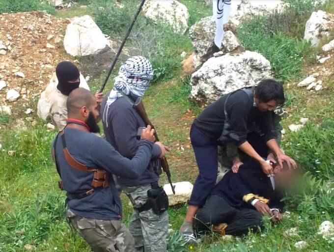 Här skär en grupp beväpnade islamister halsen av en okänd tillfångatagen person. Yasser Sadek står och filmar hela avrättningen med sin mobiltelefon .Bildmaterialet användes i rättegången i Göteborg och fällde Yasser Sadeks vänner Al Amin Sultan och Hassan Al-Mandalawi som dömdes till livstid. Minst två tillfångatagna män blev avrättade av samma grupp och det ska ha skett i norra Aleppo i Syrien någon gång under våren 2013. Foto: Polisen