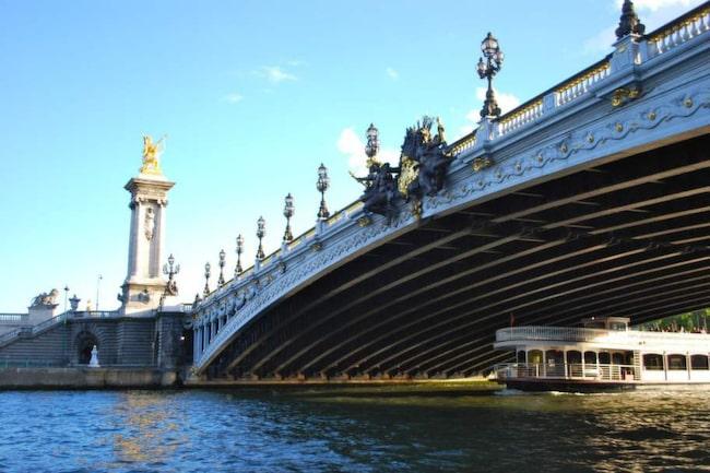 Pont Alexander III är en av Paris alla vackra och romantiska broar. Den går över Seine mellan Invalidplatsen och Champs Élysées och vilar på en stålkontruktion.