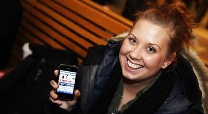 """Anna Lock, 25, väljer Expressen.se för nyheternas skull. """"Man får fort reda på det man vill"""", säger hon. Ibland uppdaterar hon sig via sin Iphone. Foto: Bea Tigerhielm"""
