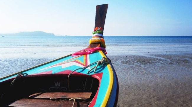 Längs den tre kilometer långa Klong Dao-stranden ligger det vackra långsvansbåtar och en rad små enkla strandspa:n som framför allt erbjuder thaimassage.
