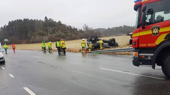 Utanför Munkedal inträffade en olycka där en bil voltade, men ingen uppges ha skadats. Foto: Robert Betzehag/Rescue Photo