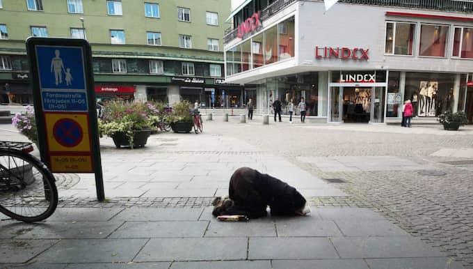 Att människorna som kommer till Sverige för att tigga skulle vara organiserade och tjäna pengar åt någon annan är en bild som ständigt målas upp. Foto: Lasse Svensson