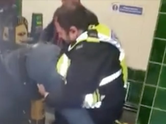 Tillskyndande polis och tunnelbaneanställda hade ett riktigt sjå med att få loss plankaren.