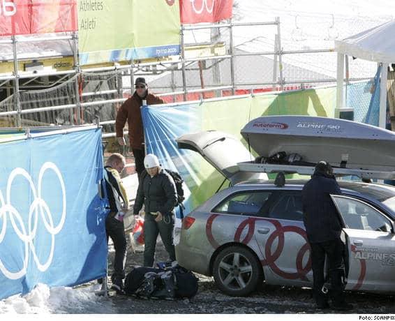 Sedan sex säkerhetsmän gett klartecken hoppade Anja Pärson, i vit mössa, i går eftermiddag ur bilen efter resan från Megève i Frankrike och checkade in i OS-byn i Sestriere.