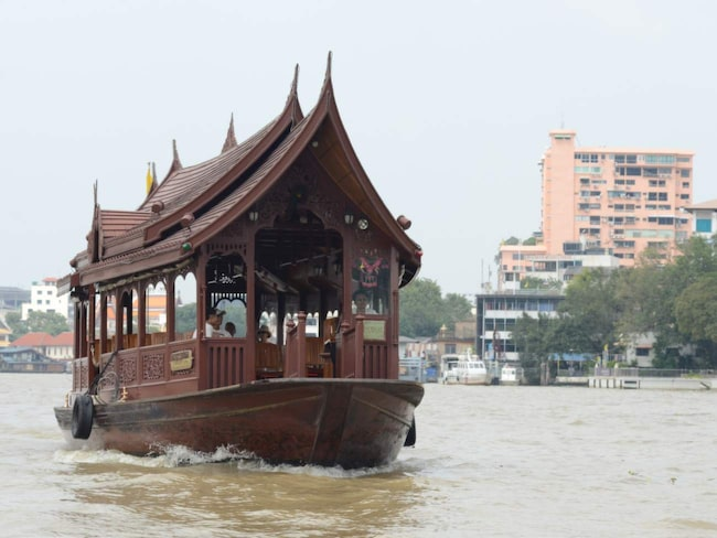 I Bangkok har lyxhotellen längs floden egna båtar. Hoppa på en av dem för en bättre och mer angenäm resa på floden. Och avsluta med en fika.