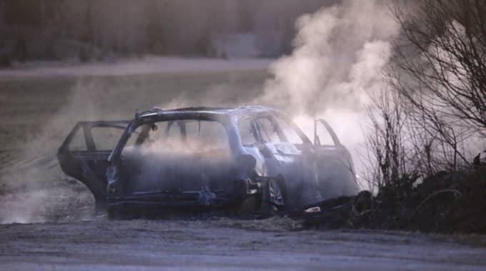 Ett fordon som misstänks ha koppling till dådet anträffades brinnande på en väg. Foto: Janne Åkesson/Swepix