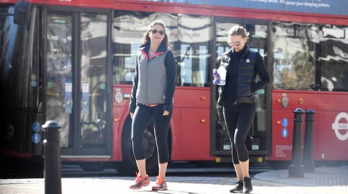 STADSTUR. Prinsessan Madeleine och hennes väninna ute på promenad i trediga träningsoutfits. Foto: Xposurephotos.Com / XPOSUREPHOTOS.COM LN1